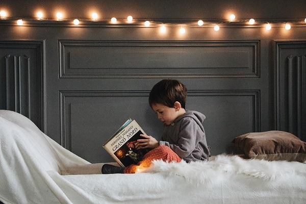 Memilih dongeng anak. Foto: dok. Pexels